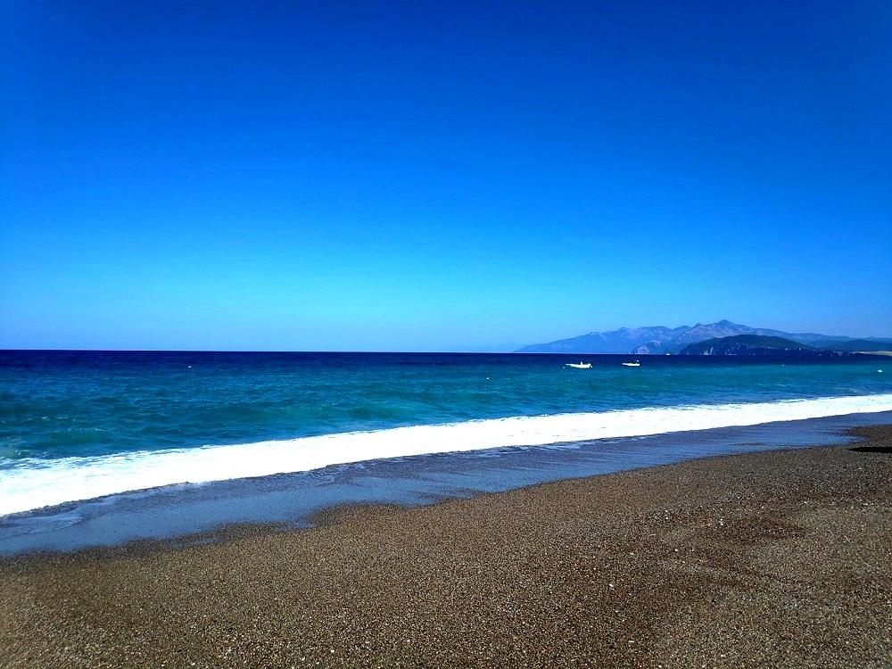 dark-sand-clean-sea